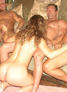 Секс во все дырочки с тремя мужиками - фото #