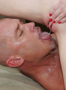 Голодные игры - мужик мощно ебет подругу и жрет свою сперму - фото #