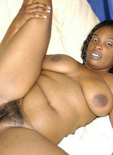 Чернокожий чувак трахает небритую пилотку черной подружки - фото #