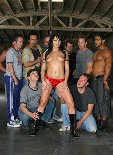 Групповой секс в действии - девять мужчин трахают одну девушку брюнетку - фото #