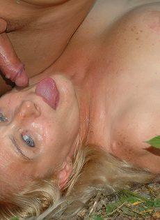 Зрелая женщина с небритой пизденью занимается сексом с молоденьким парнем в лесополосе - фото #