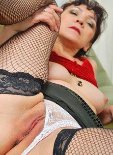 Зрелая мамаша в сексуальном нижнем белье сняла молодого жеребца - фото #