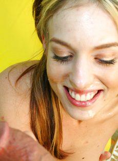 Худенькая молодая девушка с красивыми глазками испытывает на себе большой член - фото #