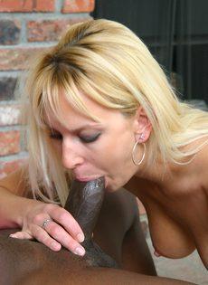 Бледнокожая блондинка занимается сексом с черным парнем - фото #
