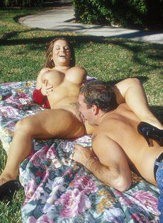 Секс на лужайке с сисястой девицей - фото #