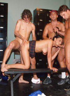 Групповуха - Спортсмены ебут телку в раздевалке клуба - фото #