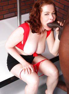 Рыжая девка с большой грудью и небритой киской сосет и трахается с негром - фото #4