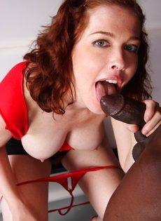 Рыжая девка с большой грудью и небритой киской сосет и трахается с негром - фото #10