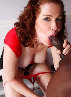 Рыжая девка с большой грудью и небритой киской сосет и трахается с негром - фото #11