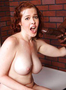 Рыжая девка с большой грудью и небритой киской сосет и трахается с негром - фото #22