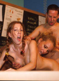 Жестокий препод трахает в попку двух непослушных студенток - фото #
