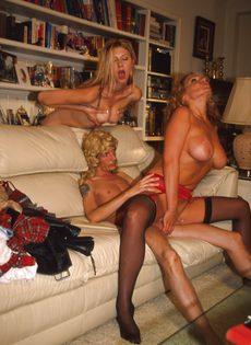 Мужик отдупляется за двоих с сексуальными сучками - фото #