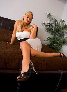 Сиськастая блондинка уединилась для мастурбации вибратором - фото #