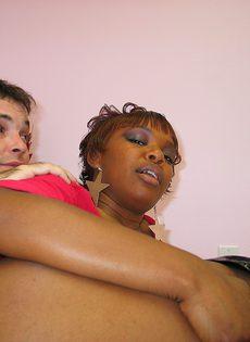 Белый чувак трахает черную девушку с большими сосками - фото #