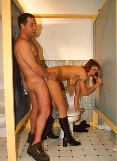 Случайно зашла в мужской туалет и была моментально продырявлена двумя мужиками - фото #