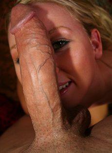 Чувак с гигантским членом ебет молоденькую блондинку - фото #