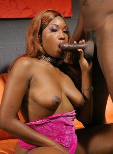 Черная краля и сперма на губах - фото #