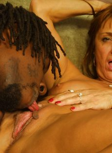 Чернокожий парень занялся сексом со зрелой женщиной - фото #