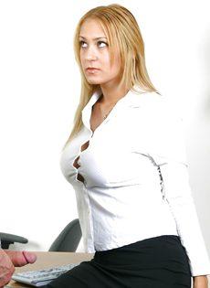 Босс ебет в жопу на рабочем столе провинившуюся сотрудницу - фото #