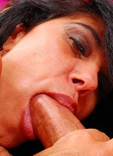 Секс с грудастой мамашей в небритую пизду - фото #