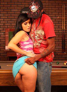 Секс на бильярдном столе с черным парнем - фото #4