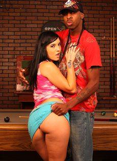Секс на бильярдном столе с черным парнем - фото #5