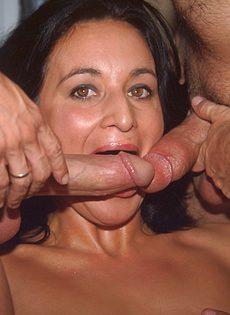 Зрелая женщина занимается сексом с тремя парнями в салоне фургона - фото #