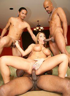 Пятеро парней с массивными членами ебут безотказную телку во все щели - фото #