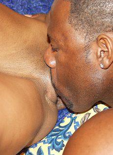 Чернокожая соска отрабатывает по секс программе - фото #