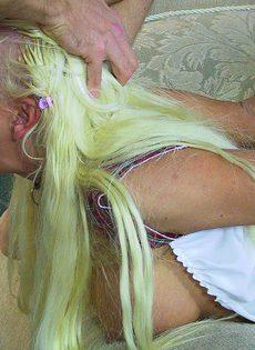 Грудастая шалава посажена на поводок и хардкорно выебана голодными мужиками - фото #
