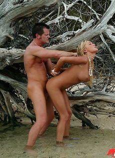 Горячее порево с блондинкой у косматого дерева - фото #