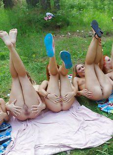 Безумный групповой секс в лесу с удивительно стройными молодыми красавицами - фото #