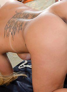 Латинка Моника Лопес показывает красивую сочную задницу - фото #