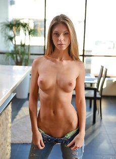 Молодая блондинка Эбби сняла джинсы и показывает письку крупным планом - фото #
