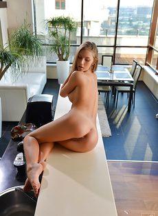 Красотки Эбби гладит узкое влагалище с удовольствием на камеру - фото #