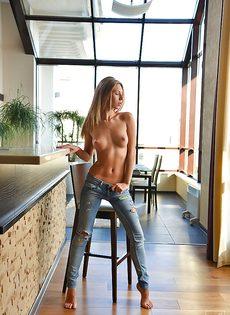 Молодая Эбби демонстрирует ее восхитительное обнаженное тело крупным планом - фото #