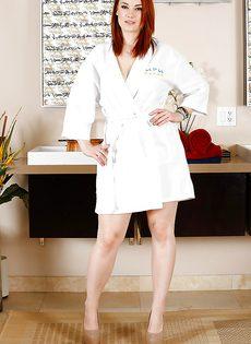 Рыжая длинноногая мадемуазель Сири снимает трусики в ванной - фото #