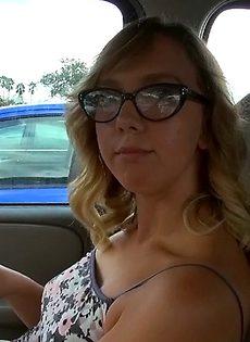 Очкастой красотке стало скучно и она решает потеребить письку и сиськи - фото #