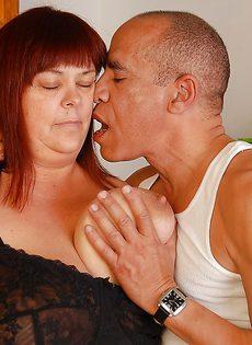 Толстуха Джози трахается с лысым мужчиной на кухне и дрочит ему ногами - фото #
