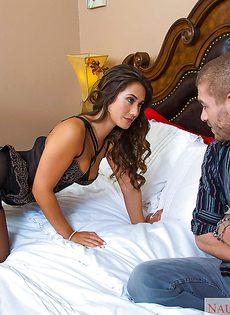 Соблазнительная жена радует мужа новым сексуальным бельем - фото #