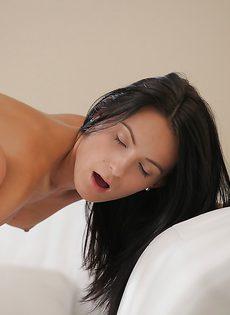 Молодые любовники красиво занимаются сексом - фото #