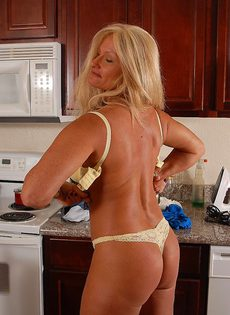 Голая бабушка Рокси отжигает на кухне - фото #