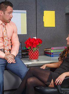 Директор орально укрощает офисную секретаршу в сексуальной одежде - фото #