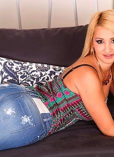Сладкий деваха с остроконечными сиськами снимает с себя одежду - фото #