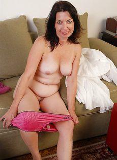 Пожилая женщина раздвигает бритую розовую вагину - фото #