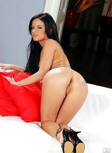 Сексуальная Сьюзи раздвигает ноги и оголяет розовое лоно - фото #