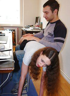 Кудрявая брюнетка глотает сперму после трудного рабочего дня - фото #