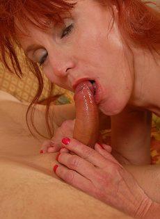 Бабушка Дебра глотает сперму после горячего минета - фото #