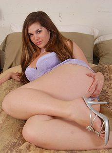Мастурбация крупным планом с полноватой брюнеткой Марли в ее кровать - фото #