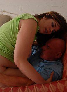 Взрослый мужик трахает жирную небритую телку - фото #
